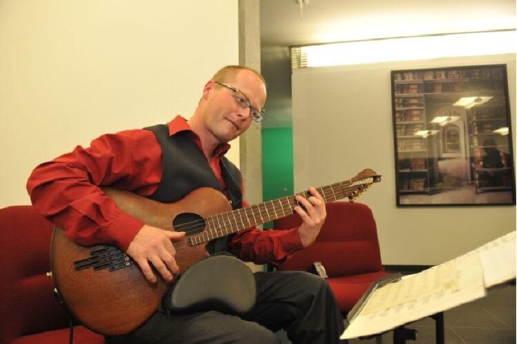 Hintergrundmusik, live gespielt von Martin Hoepfner - Gitarre, auf einer Veranstaltung Leipziger Architekten