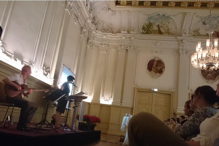 Abschlussfeier mit Zeugnisausgabe - Martin Hoepfner umrahmt diese Veranstatlung musikalisch mit der Gitarre